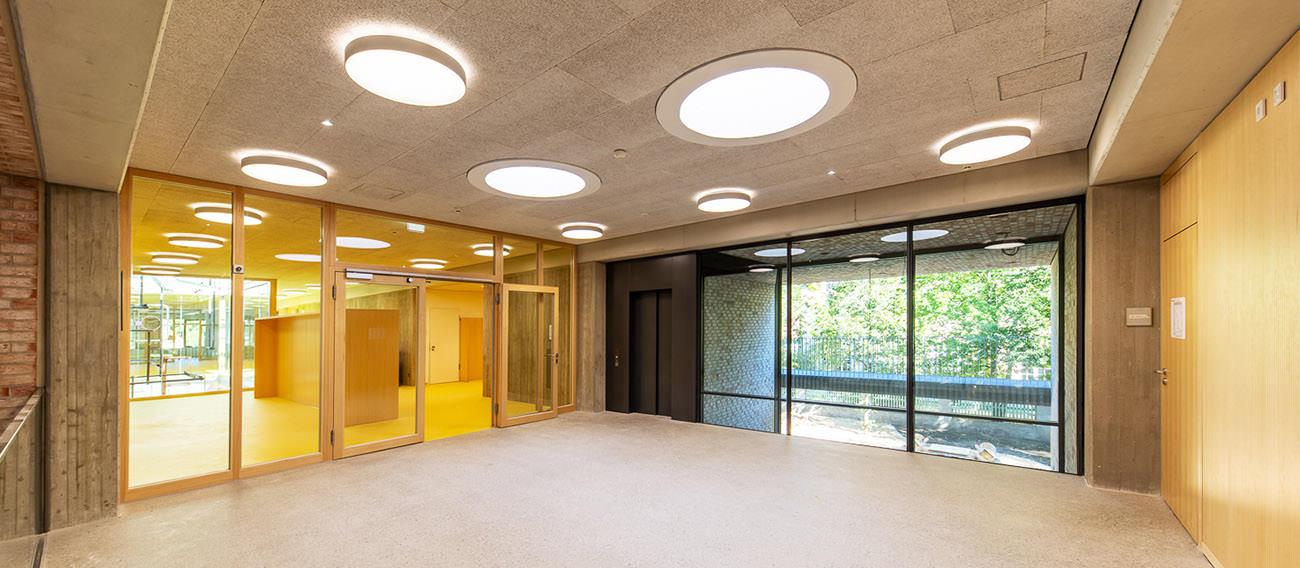 Schule Pfanzeltplatz - Pendere 121 und Pare 1476 - Wandleuchten, Deckenleuchten und Pendelleuchten